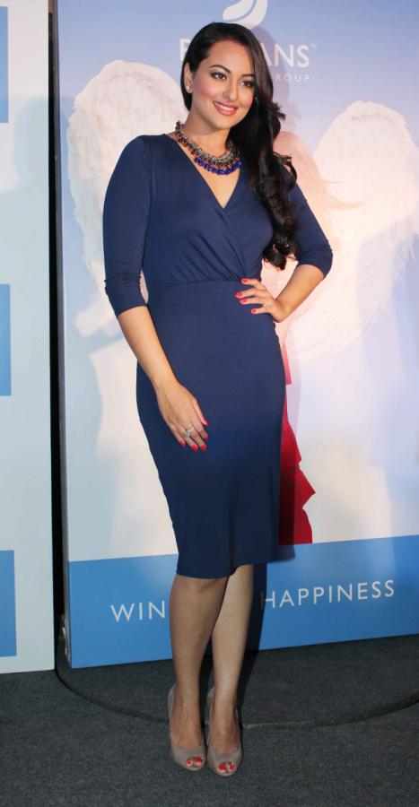 Indian Model Sonakshi Sinha Long Legs Thighs Show In Blue Dress
