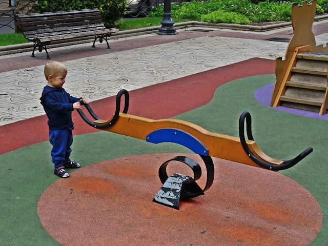 place zabaw w Hiszpanii, małe dzieci na wakakcjach