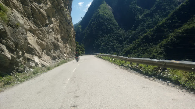 the roads having cliffs on one side and beas river on the other