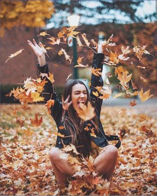 pose con hojas de otoño tumblr de moda casual