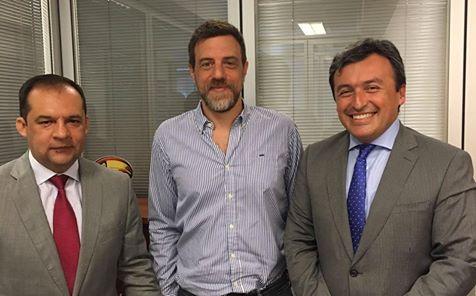 diego kravetz junto a funcionarios de la embajada de colombia