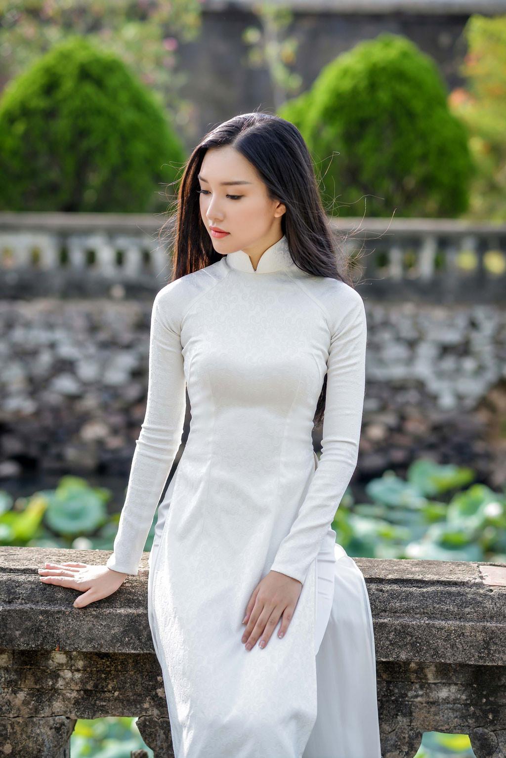 Hoa hậu Việt Nam 2016: Người đẹp xứ Huế nền nã với áo dài trắng