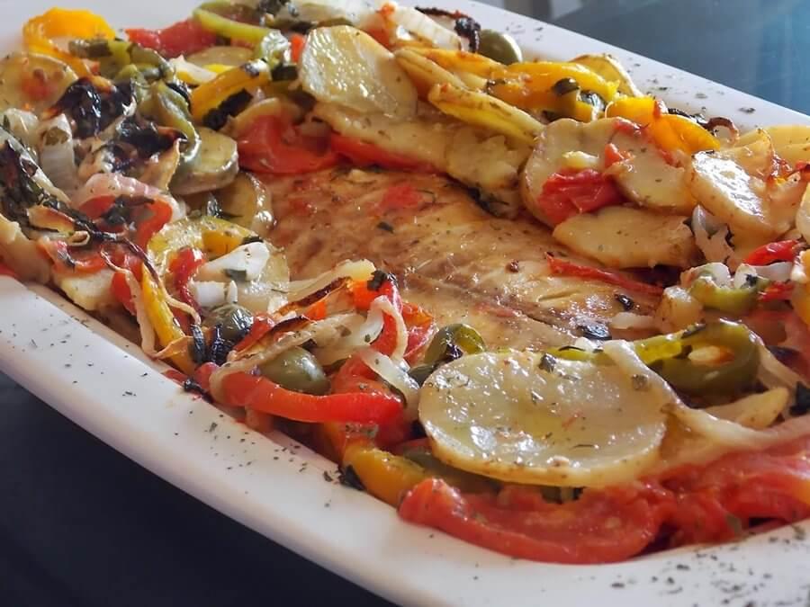 Resultado de imagem para FILÉ DE MERLUZA COM BATATA AO FORNO com pimentao tomate e cebola
