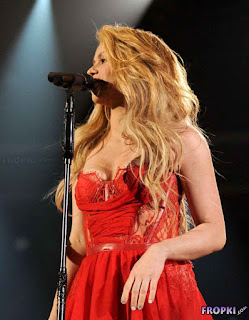 Shakira performed at the Academy of CMA in Vegas 5.jpg