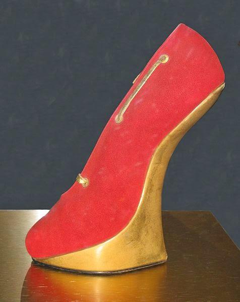 """5c9f10d85f Outro importante designer de renome a época foi Pietro Yanturni que se  auto-denominava """"o mais caro estilista de calçados do mundo"""""""