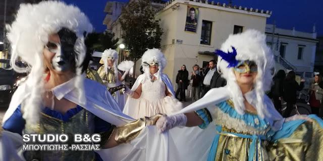 """Εντυπωσιακή η ''ποδαράτη"""" νυχτερινή παρέλαση καρναβαλιστών στο Άργος"""
