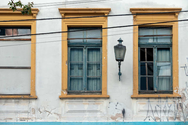 Casa abandonada na Rua Paula Gomes - detalhe janelas e luminária