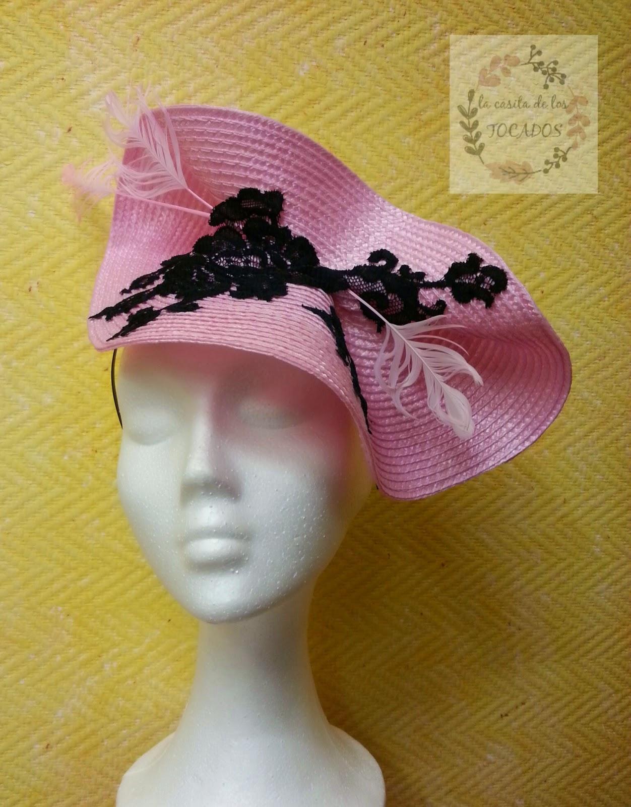 tocado grande con base redonda doblada de paja sintética en color rosa y adorno de guipur en negro