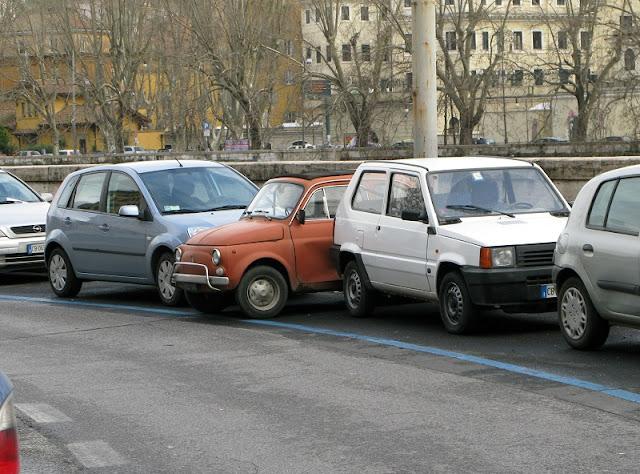 Linha azul indicando estacionamento pago em Roma