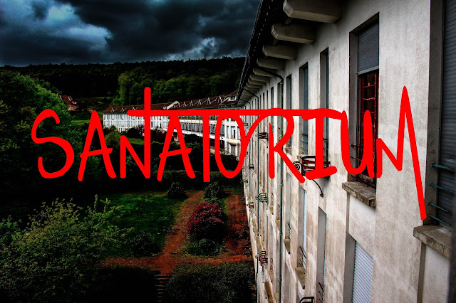 photo du sanatorium vu de l'extérieur avec le titre sanatorium marqué en gros en rouge en plein milieu