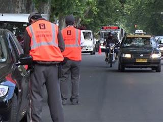 Inspectores de tránsito de Montevideo, parando vehículos en la calle