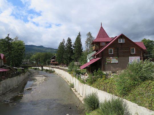 Jasina (ukr. Ясіня), rzeka Лазещи́на.
