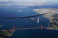 Το Solar Impulse 2 πάνω από τη γέφυρα Golden Gate Bridge στο Σαν Φρανσίσκο.