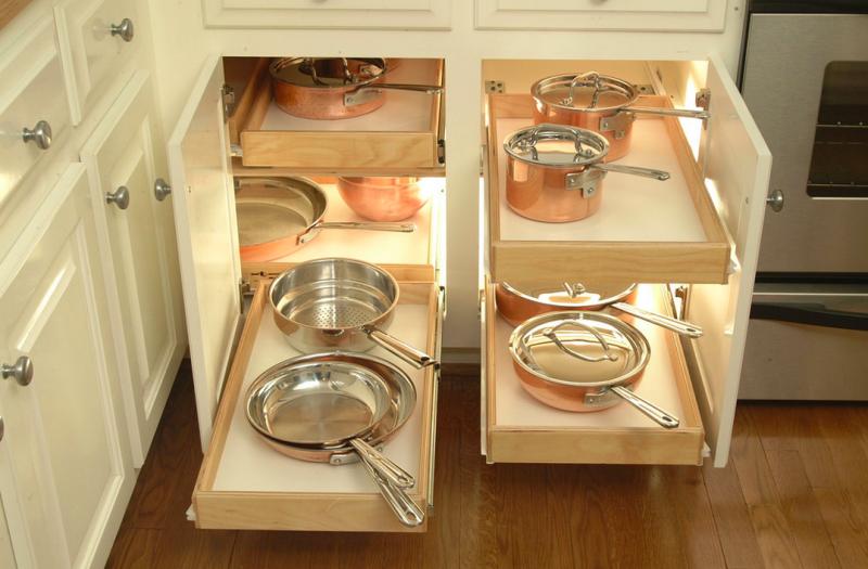 armario con bandejas extrables para mantener el orden en la cocina