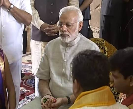 pm-narendra-modi-prayer-in-dwarkadheesh-temple