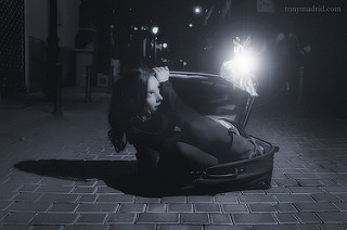 Chica dentro de una maleta. Hada brillante