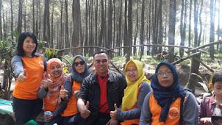 Pose bersama sebelum rapat di Hutan Pinus Precet, Wagir, Malang