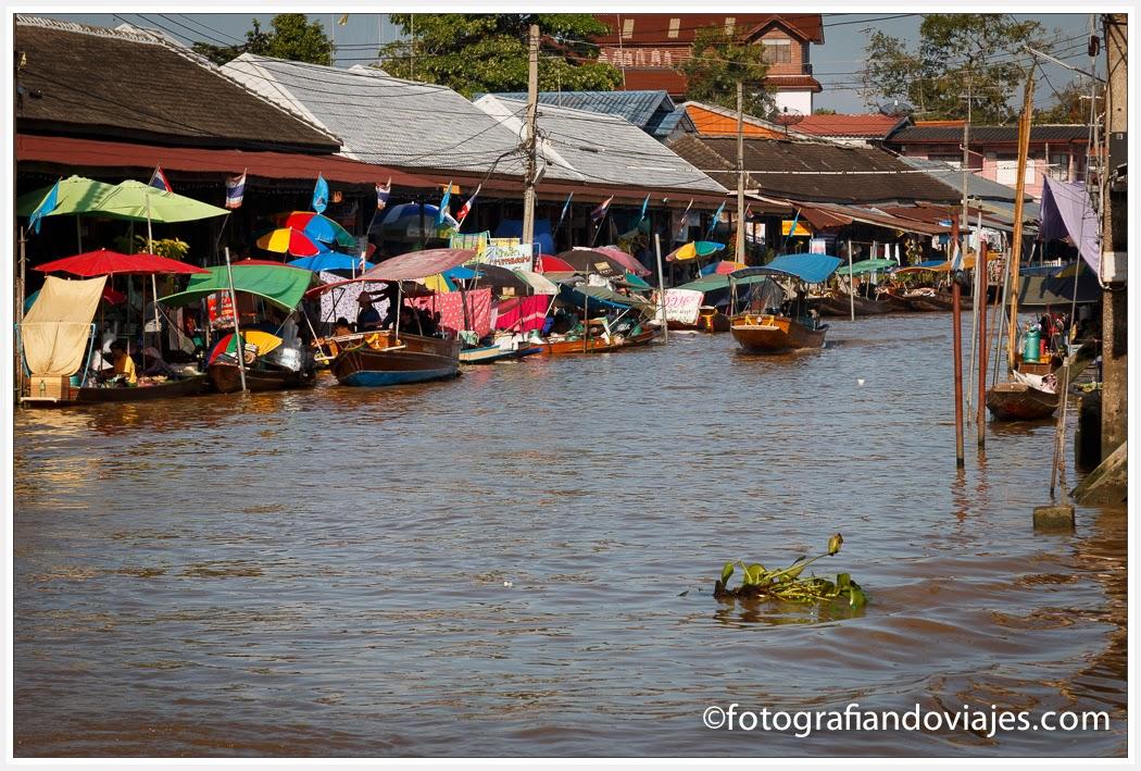 Mercado flotante de Amphawa cerca de Bangkok en Tailandia