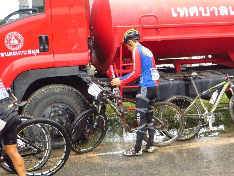 вода льется из пожарной машины для мытья велосипедов