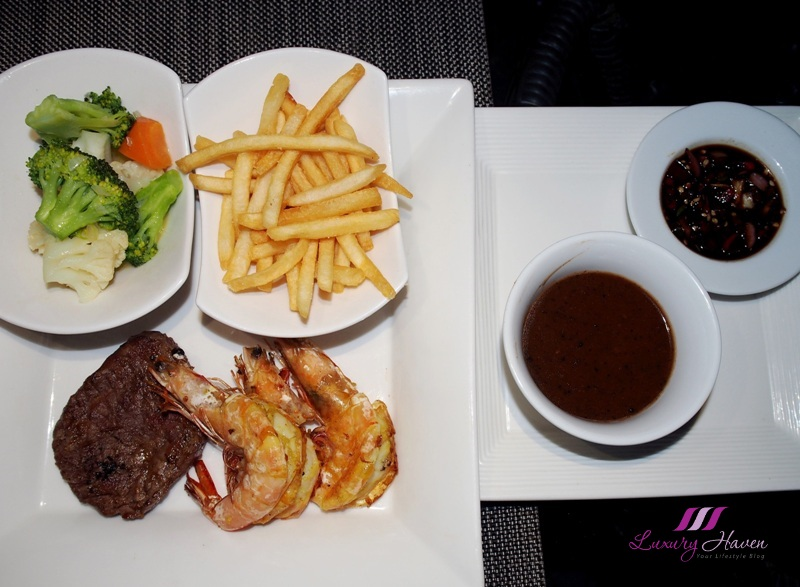 bintan resorts nelayan beachfront bar beef steak prawns