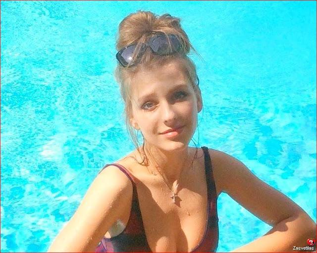 Лиза Арзамасова в купальнике