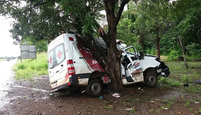 Ambulância derrapa na pista e colide em árvore na BR-135