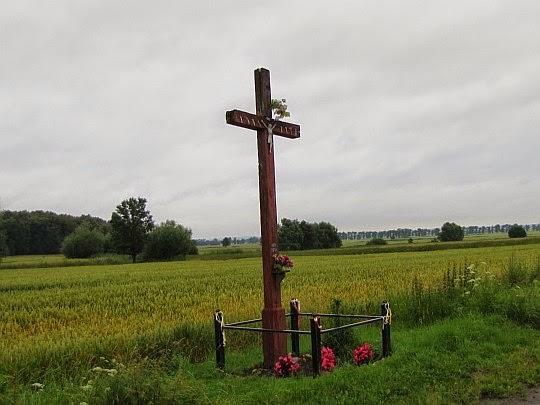 Krzyż przy polnej drodze między wsiami Lisie Kąty i Ujeździec.