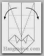 Bước 7: Gấp chéo hai cạnh lớp giấy trên cùng ra ngoài.
