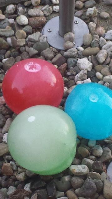 Eismurmeln aus Luftballons und Lebensmittelfarbe