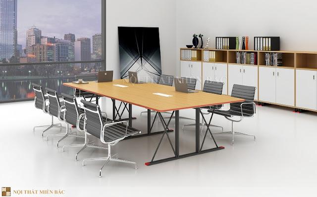 Phần chân của chiếc bàn họp nhập khẩu này lại được thiết kế từ những thanh kim loại đan chéo đầy hiện đại, cá tính