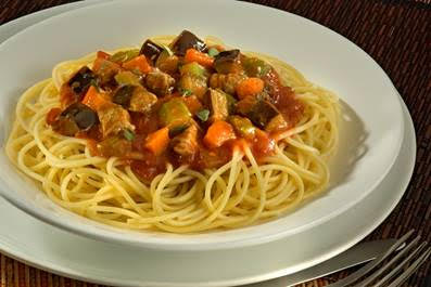 Spaghetti Grano Duro Adria ao Molho de Berinjela com Carne