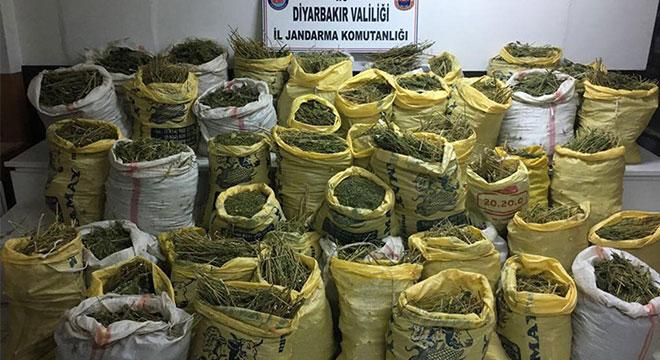 Diyarbakır'ın Kulp ve Silvan ilçelerinde çok sayıda mühimmat ve uyuşturucu ele geçirildi