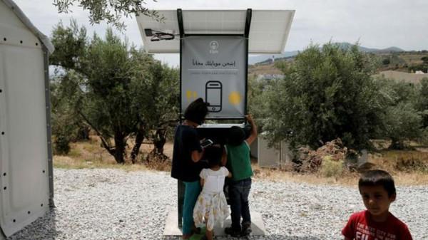 الطريقة الجديدة لشحن هواتف اللاجئين في اليونان