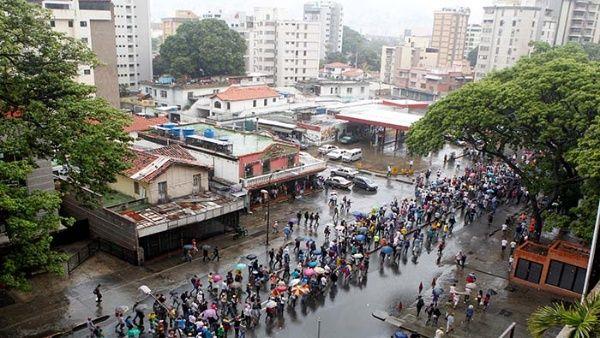 Periodista exige en vivo a opositores gritar contra Maduro