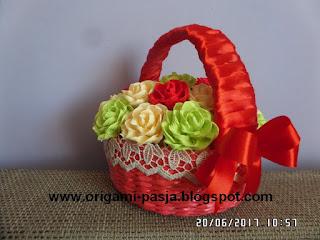 kosz, na urodziny, czerwony, wiklina, papierowa, rękodzieło, prezent, krepa wloska, beż,