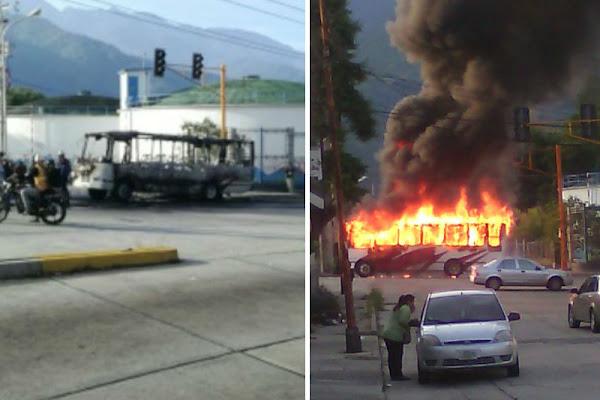 Encapuchados quemaron autobús cargado de pasajeros en Mérida