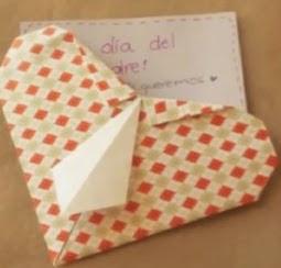 http://manualidadesreciclables.com/15210/corazon-con-corbata-en-origami