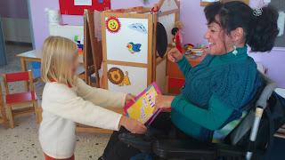 Κοριτσάκι δίνει δώρο στη Βασιλική