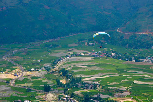 Paragliding watching the rice terraces Mu Cang Chai in the water pouring season 1