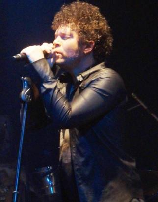 Foto de Andrés Cabas cantando en concierto
