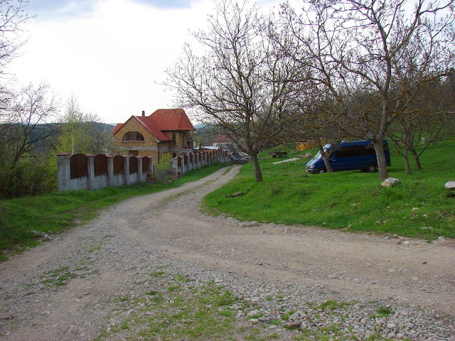 Южная окраина села Многоречье. Дорога вправо ведёт на перевал – туда, куда нам нужно.