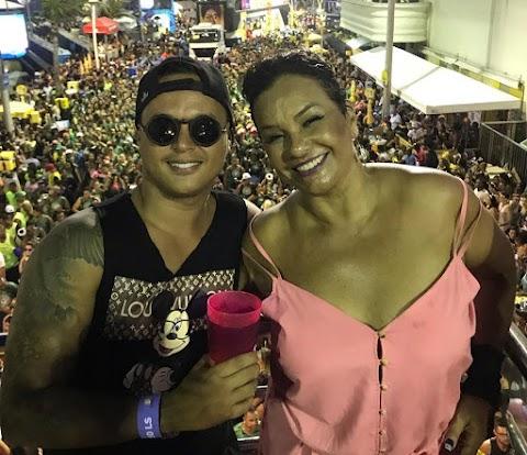 De no visual Solange Couto é só folia curtindo o carnaval de salvador ao lado do marido