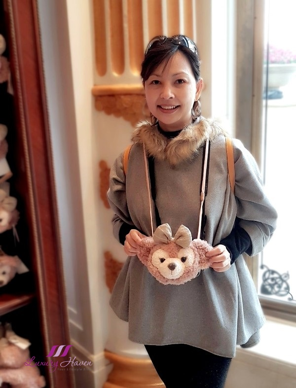 travel blogger in disneysea shelliemay purse