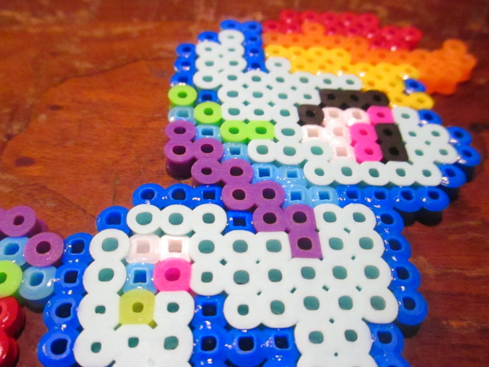 hama beads dark blue light blue yellow white and red  [ 1600 x 1200 Pixel ]