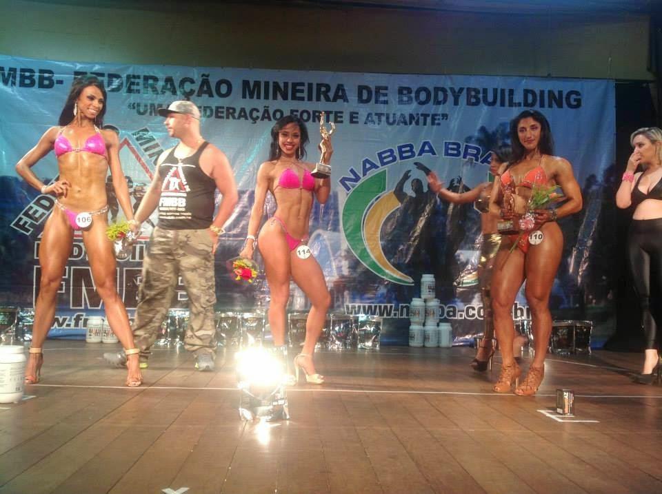 Sandra Coimbra no pódio do Campeonato Mineirão de Bodybuilding 2015. Foto: FMBB