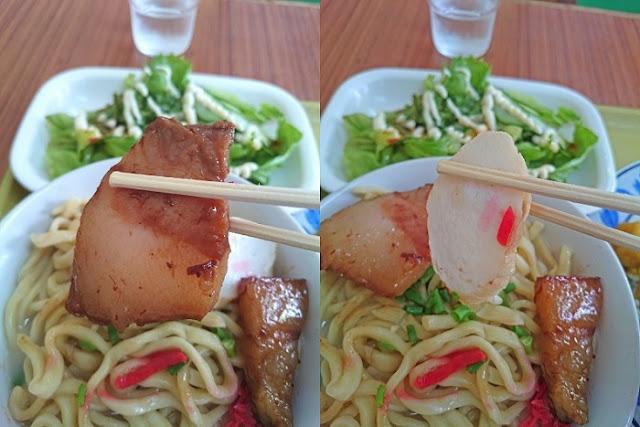 沖縄そばの三枚肉とかまぼこの写真