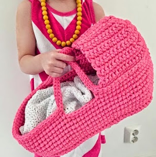 http://translate.google.es/translate?hl=es&sl=en&tl=es&u=http%3A%2F%2Fpaapoputiikki.blogspot.fi%2F2015%2F02%2Fcrochet-gorgeous-doll-carry-basket.html