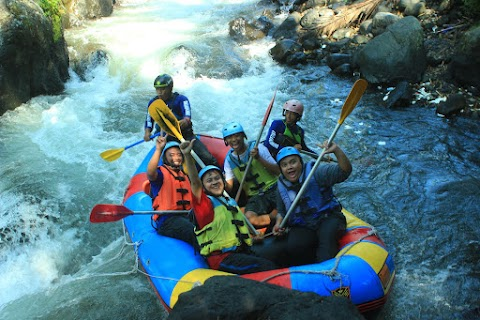 Serunya Menelusuri Sungai Comal di Rainbow Rafting Pemalang