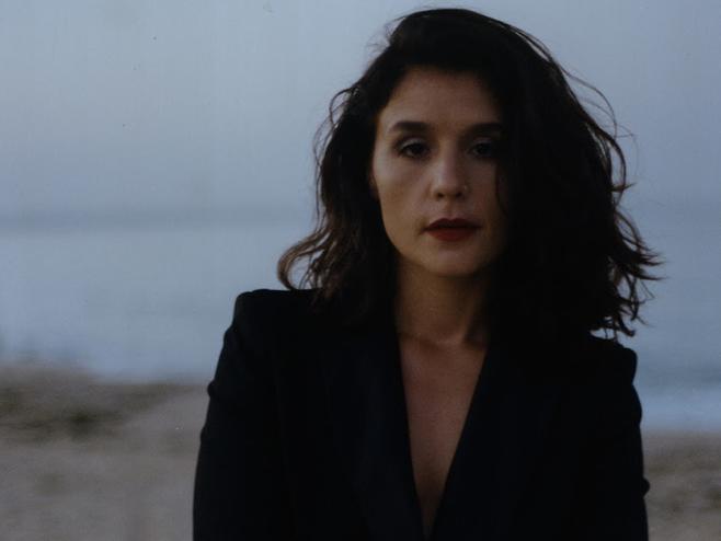 Jessie Ware não perdoa a traição de um amor no videoclipe de 'Selfish Love'
