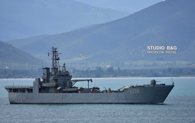 Το αρματαγωγό ΛΕΣΒΟΣ του Πολεμικού Ναυτικού στο Ναύπλιο (βίντεο)